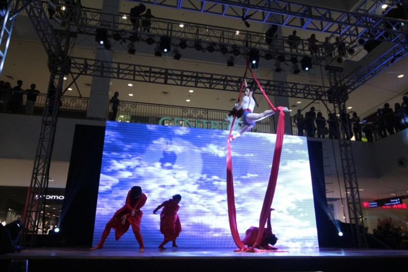 Iya Villania wows the crowd in a spectacular performance with aerial dancers (2)