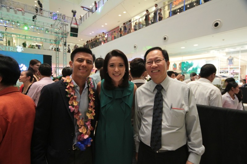 Rustan Supercenters Inc President Donnie V. Tantoco, Rustan's Supermarket VP Frances J. Yu and ___